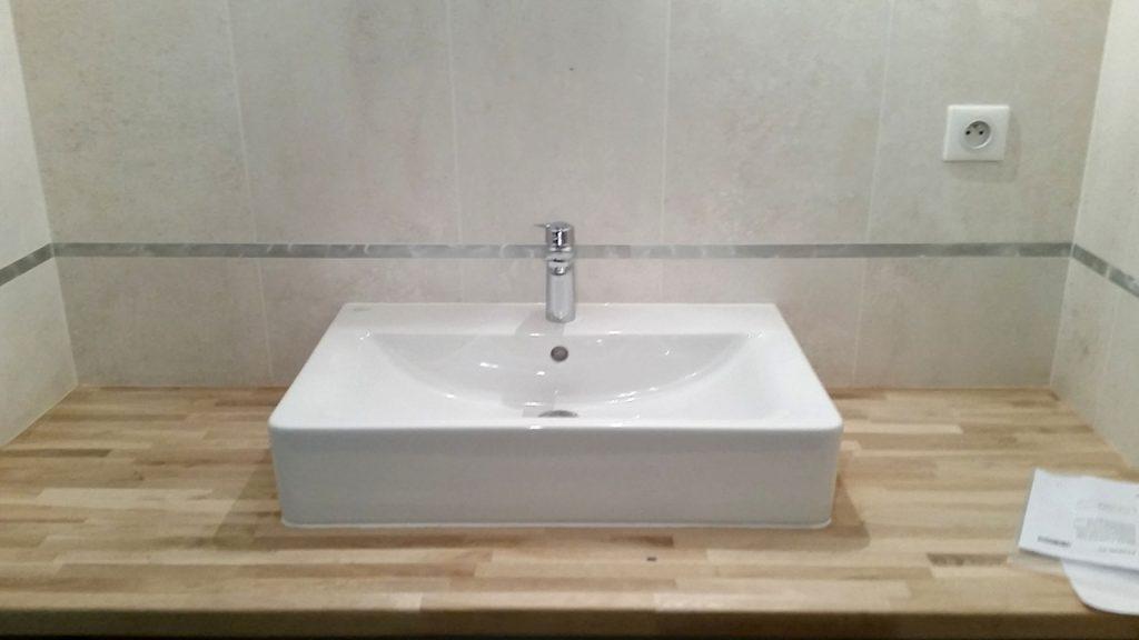 lavabo blanc sur plan en bois