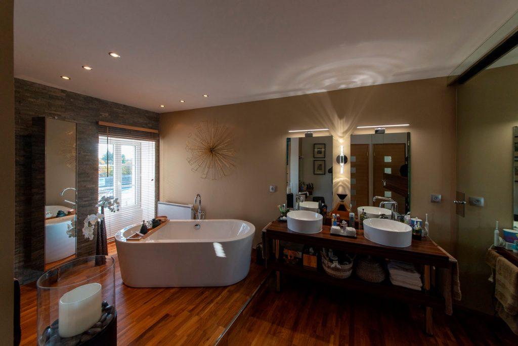 baignoire et meubles de salle de bain