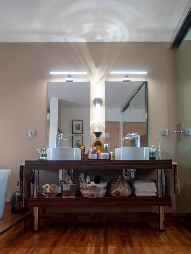 Meuble en bois avec deux lavabos