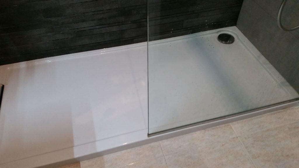 bac de douche blanc avec paroi transparente