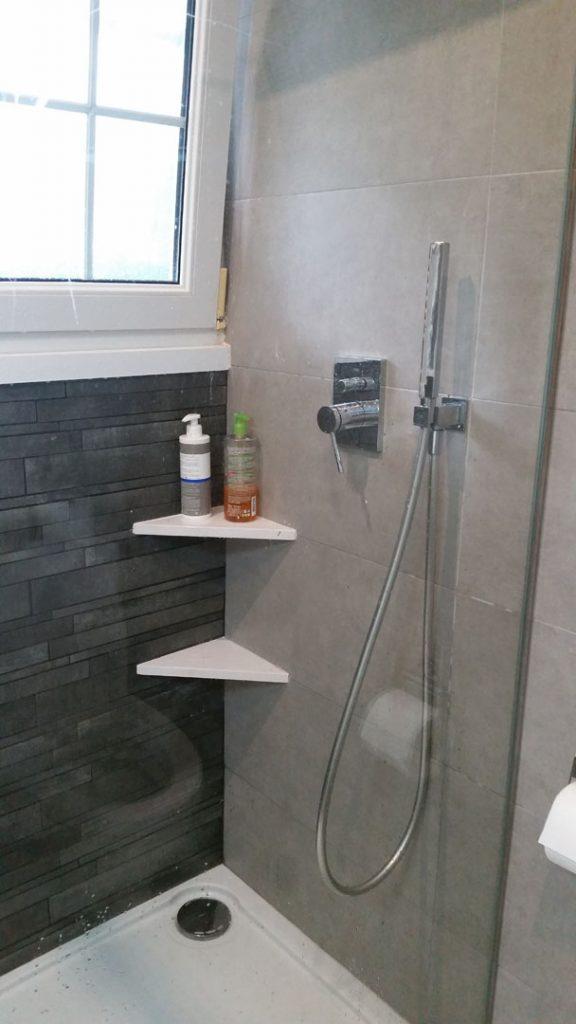 Bac à douche et étagères