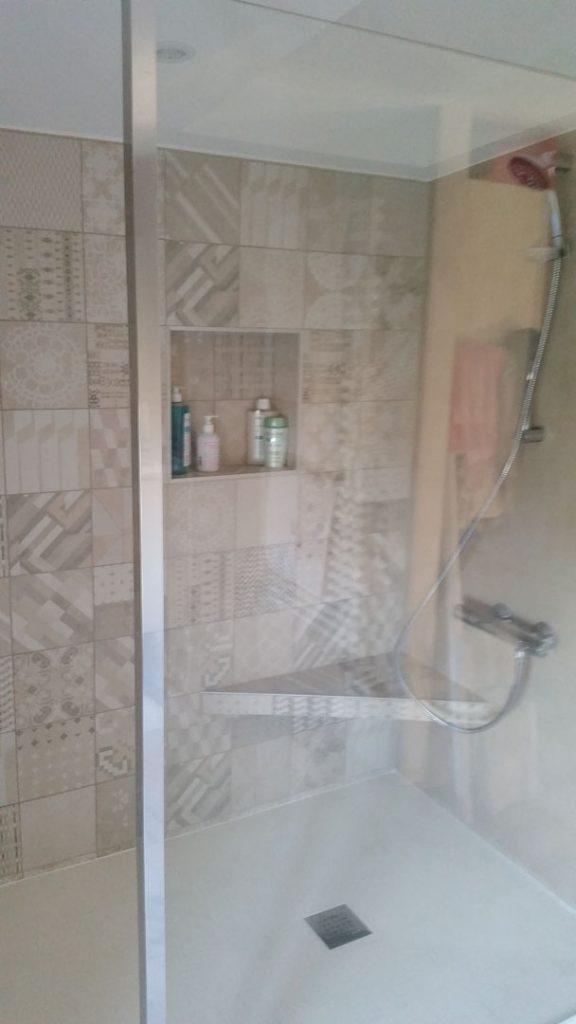 bac à douche avec assise et niche