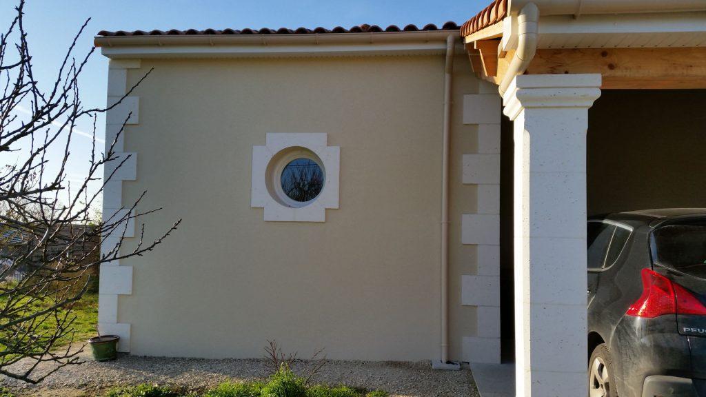 hublot sur un mur extérieur