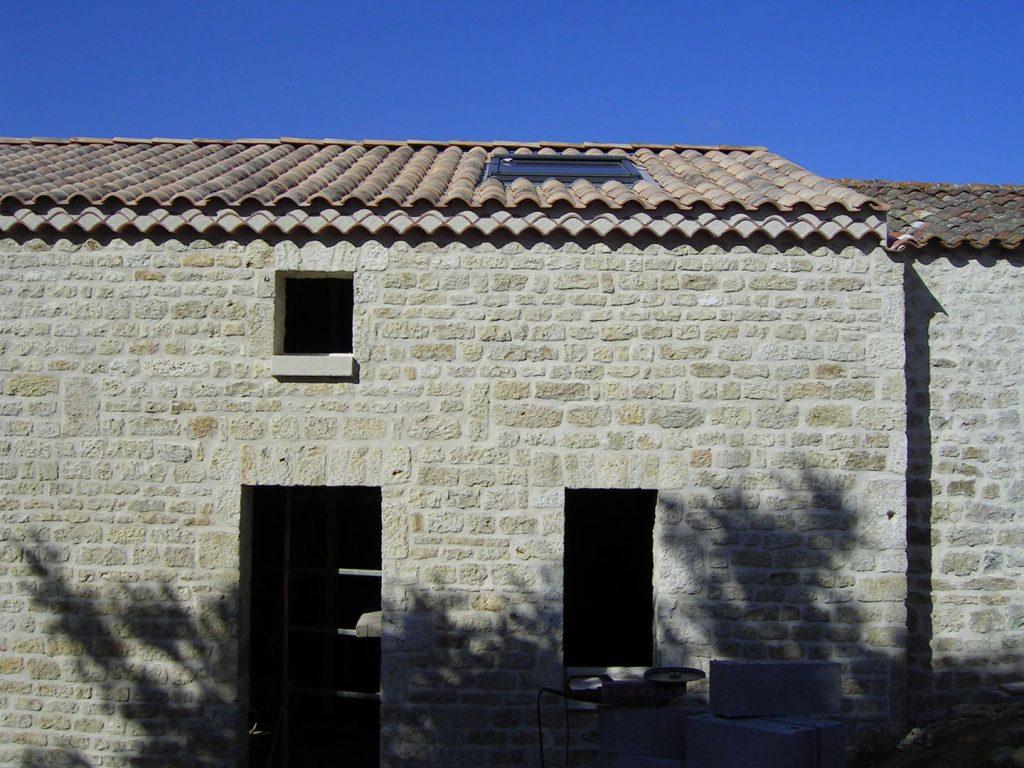 façade en pierres rénovée