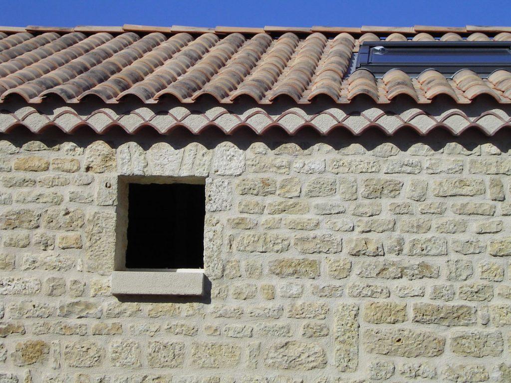 mur en pierre avec génoise et velux