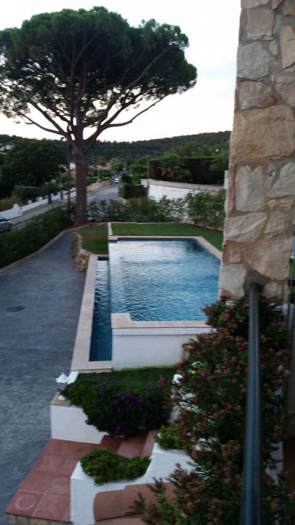 bord de la piscine côté débordement