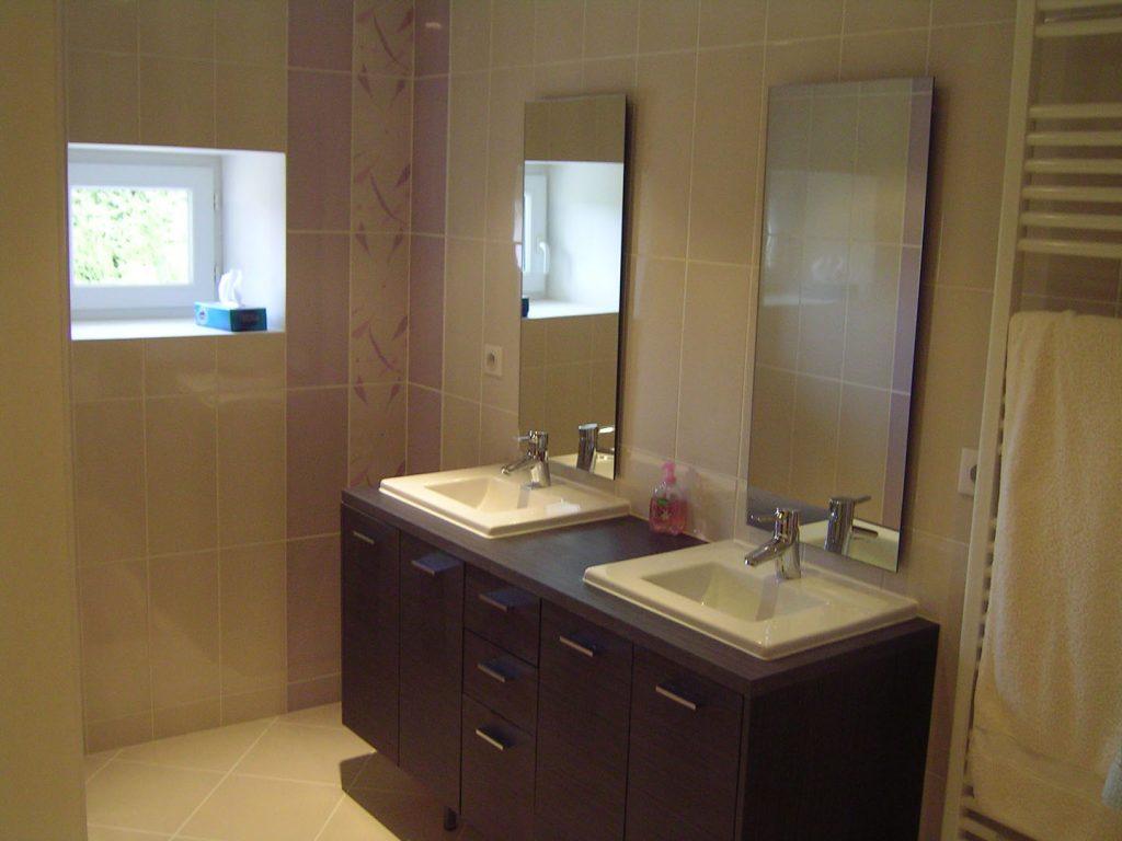deux lavabos avec miroirs et sèche-serviette