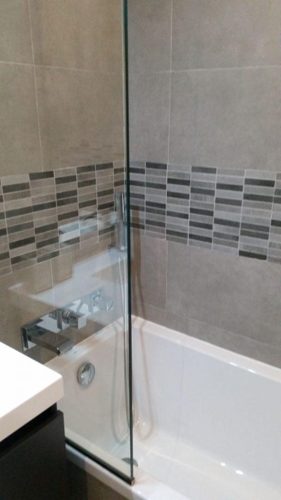 baignoire blanche avec paroi transparente