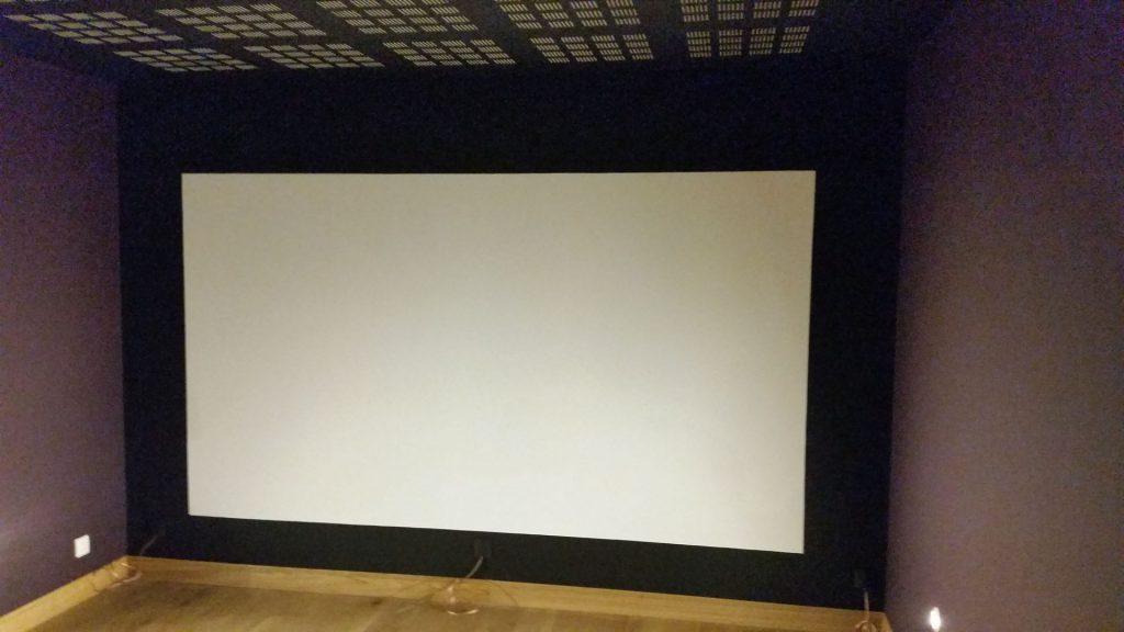 écran sur un pan de mur