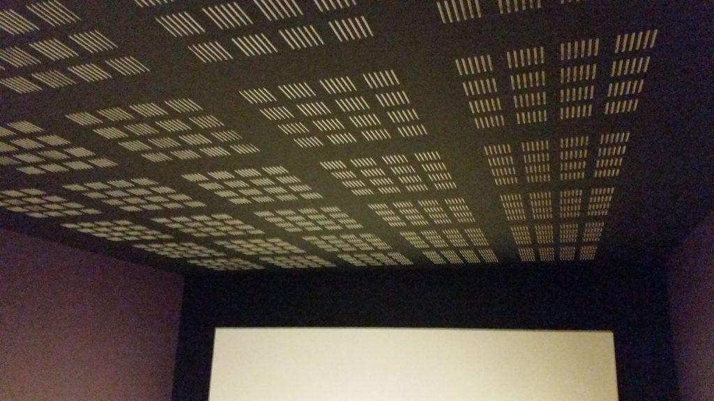plafond phonique de la salle de cinéma